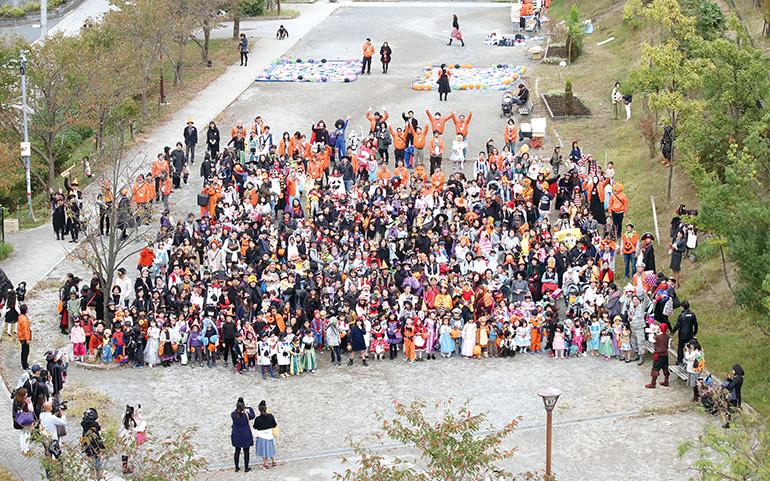 しんゆりハロウィンパレード 昨年の集合写真
