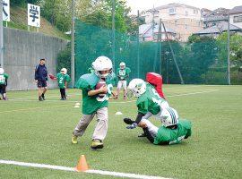 アメリカンフットボールに初めて触れる子どもたちも積極的に参加しています。