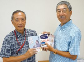 「文章力アップ講座」の講師を務める佐藤次郎氏(右)と植木理事長(左)