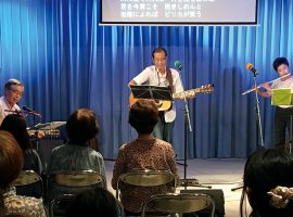「うたごえサロン」では、懐かしい童謡・唱歌や歌謡曲を皆で歌う