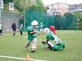 アメリカンフットボールに初めて触れる子どもたちも積極的に参加