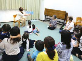 麻生図書館で行われている「おはなしひろば」ではメンバーが読み聞かせと本の選定を担当。