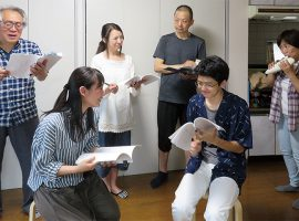 篠原久美子作の朗読劇「空の村号」の練習風景。語りや演技にオカリナの演奏を加え、情感豊かに演じる。