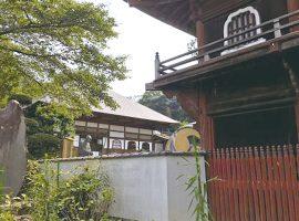 修廣寺の仁王門前に建つ報恩碑