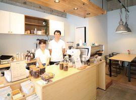 コーヒーは、テイクアウトはもちろん、落ち着いた雰囲気の店内でゆっくり味わうことができます