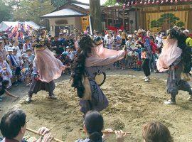 穴澤天神社の舞場で演じられた獅子舞