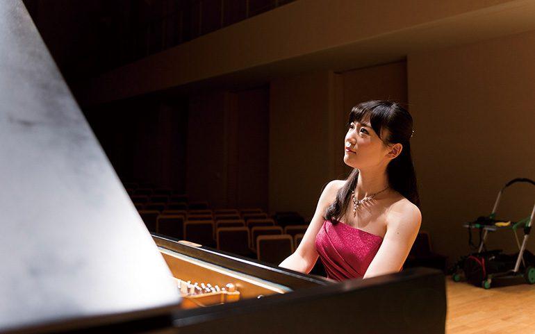しんゆりステーションピアノのお披露目ライブにて演奏する中村優似さん