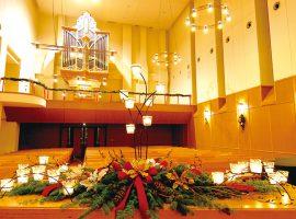 クリスマスの装飾が施された会場(同大学内チャペル)の様子
