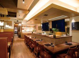 店内は個室、テーブル席、カウンター席を選択できる。宴会は60人まで収容可