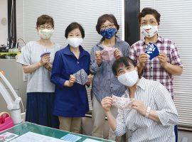 自宅で作って完成したマスクを高石地域包括支援センターへ届けに来たプロジェクト参加メンバー(高石地域包括支援センターにて、この時のみ集合して撮影)