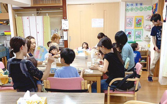 コロナ禍以前に実施された子ども食堂の様子。親子連れをはじめ、さまざまな世代の地域の人が集う場となっている。