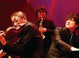(左より)石田泰尚(Vl)、松原孝政(Sax)、中岡太志(Pf・Vo)。演奏予定曲目は、モーツァルト「オペラ『魔笛』~序曲」、ガーシュウィン「アイ・ガット・リズム」、ピアソラ「リベルタンゴ」、他