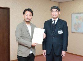 果実酒製造免許を取得した山田貢さん(左)。免許の交付式が行われた川崎西税務署にて木立直文署長(左)と。