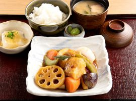一番人気「白身魚と10種野菜の黒酢あん定食」(980円)