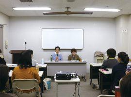 ワークショップ最終回には、「また映画館で映画を楽しみたいんです」と副音声ガイド制作のきっかけとなった電話をかけた女性、武村桂子さんが講演を行い、受講生たちが制作した副音声ガイドについて講評した。
