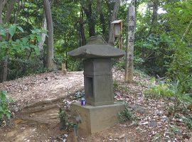 城山に築かれた富士塚の浅間神社の祠