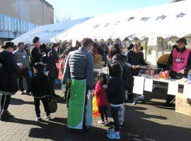 「はるひ野町内会新年会」では作りたての豚汁や餅が振る舞われ、多くの住民が訪れていました