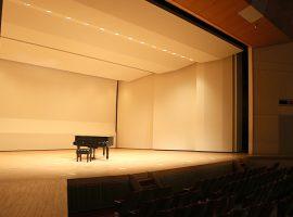 演奏されるのを待つ麻生市民館ホールのピアノ