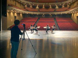 昭和音楽大学テアトロ・ジーリオ・ショウワにてPVに使用する動画の撮影をするアートマネジメントコースの学生。楽曲やPVには、「このような状況下でも、多くの人に笑顔になってほしい、元気になってほしい」という思いが込められている。