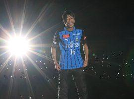 12,000人以上のファンが待つスタジアムに登場した中村憲剛選手
