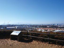 防人見返りの峠(展望広場)は多摩よこやまの道沿いにある眺望抜群のスポット。 昔懐かしい原風景と開発された多摩ニュータウンを一度に眺めることができる。天気が良ければ山々の奥には富士山も。