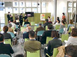 川崎市アートセンターを会場として、NPO法人 しんゆり・芸術のまちづくりが事務局を担当し、麻生区役所の主催で定期的に行われている「あさお芸術文化交流カフェ」。芸術・文化関係団体の交流・情報交換の場として開かれているが、最近は、新たなコミュニティ施策に関心を持つ若い世代の参加が見られます。これからの芸術のまちづくりについての課題を共有し、新たな取り組みを創出する場となるよう運営に努めたいと事務局は話しています。
