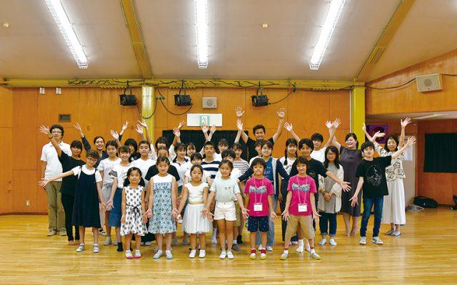 小学1年生から高校3年生までが、学年や学校を超えて一緒に合唱活動を行っています。取材時の団員は35人。 8月の演奏会を最後に高校3年生は卒団しますが、ゆり児の伝統は受け継がれていきます。