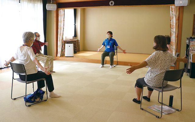いこいの家「麻生」取材時の参加者は、74歳から85歳までの4人。「よろしければ一緒にご参加ください」と声を掛けてもらい、記者も健康体操や脳トレに楽しく参加しました。